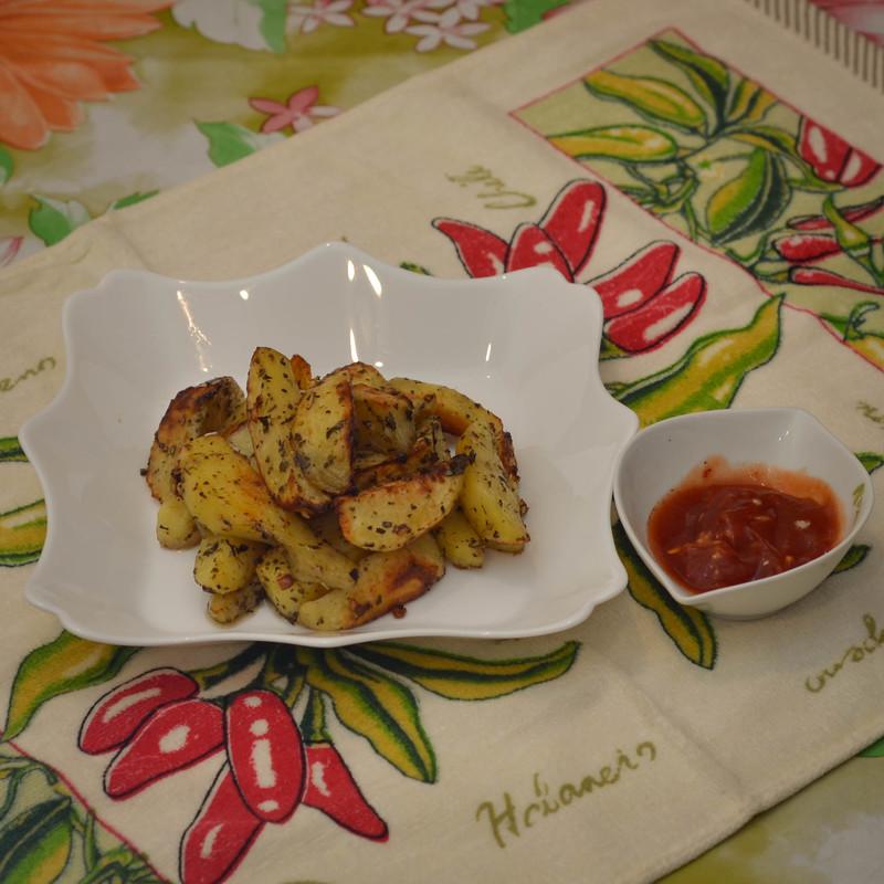 Картофель в духовке, запеченный с чесноком и прованскими травами