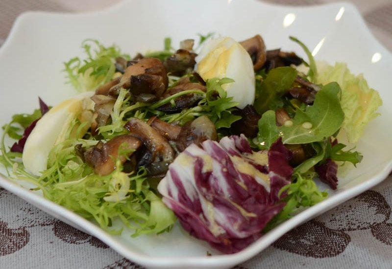 салат из грибов с рукколой и яйцом