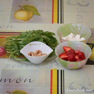 салат с клубникой и маково-медовой заправкой
