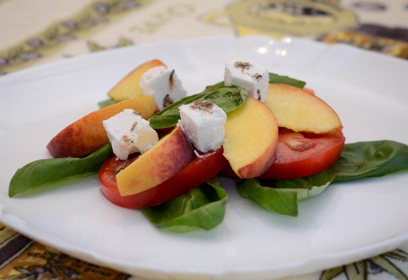 салат из помидоров и персиков
