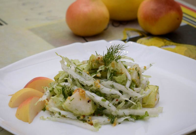 вкусный салат с грушей и пекинской капустой