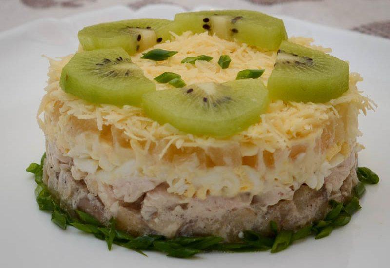 простой салат с куриным филе и ананасами