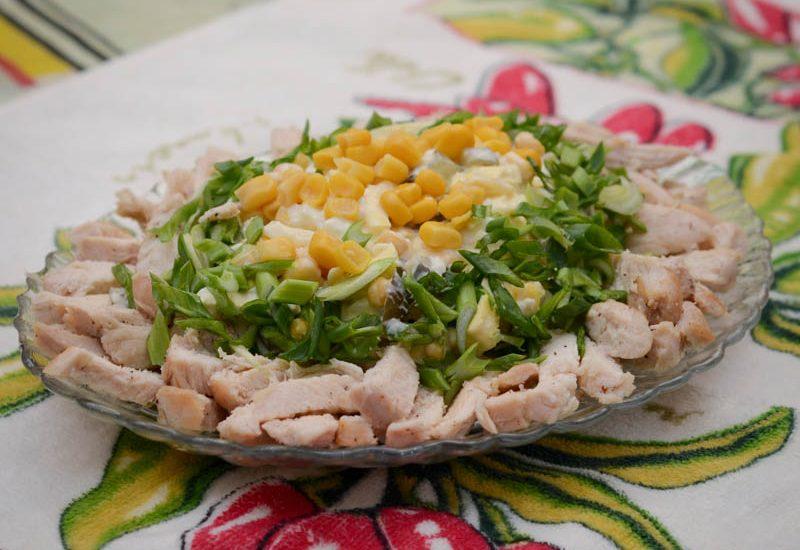вкусный салат с куриной грудкой и кукурузой