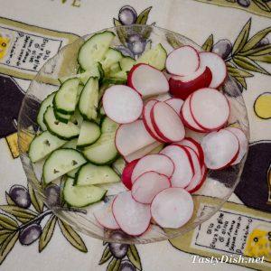 легкий весенний салат с огурцами и редисом