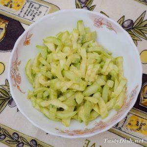 вкусный простой летний салат из молодых кабачков
