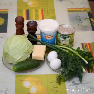 ингредиенты для простого салата из молодой капусты и огурцов