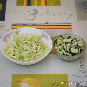простой салат из молодой капусты и огурцов