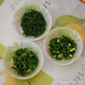 простой салат из молодой капусты с огурцом