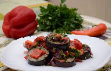 вкусный салат с маринованными баклажанами и помидорами рецепт с фото
