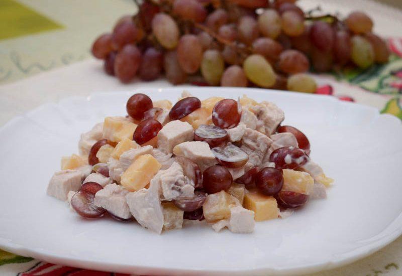 вкусный салат с виноградом и курицей рецепт с фото