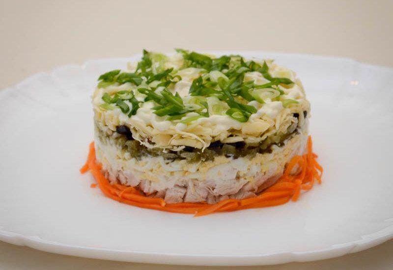вкусный салат с черносливом и куриной грудкой рецепт с фото